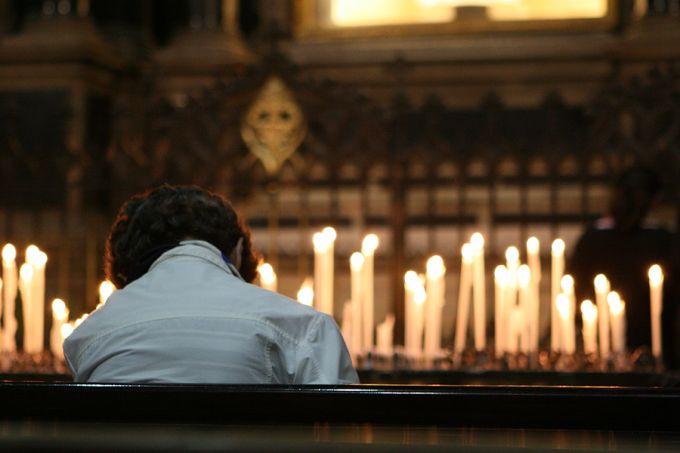 Woman_praying_in_Milan